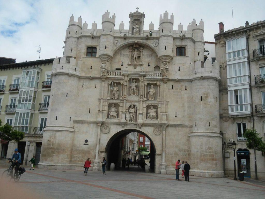 El Arco de Santa María es uno de los monumentos más emblemáticos de la ciudad de Burgos. Una de las antiguas doce puertas de acceso a la ciudad en la Edad Media, comunica el puente de Santa María, sobre el río Arlanzón, con la plaza del Rey San Fernando, donde se yergue la catedral.
